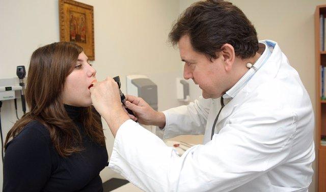 Un médico de Atención Primaria atiende a una joven andaluza en un centro de salud, en una imagen de archivo.