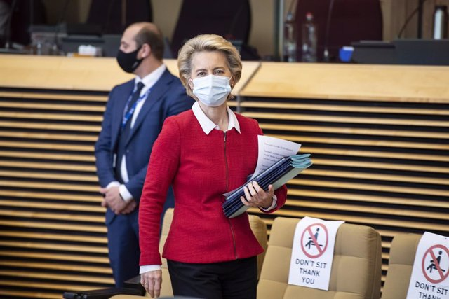 HANDOUT - 28 October 2020, Belgium, Brussels: European Commission President Ursula von der Leyen wearing a face mask arrives to attend the weekly College of Commissioners meeting at EU headquarters. Photo: Etienne Ansotte/European Commission/dpa - ATTENTI