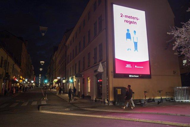 Cartel que promueve el distanciamiento en Estocolmo