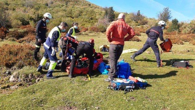Los Bomberos de Reinosa y personal del 061 atienden al senderista herido
