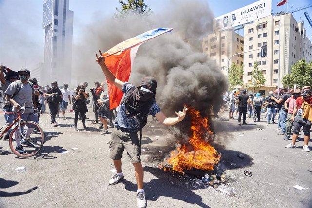 Un manifestante durante las movilizaciones por el primer aniversario del estallido social de Chile en la capital, Santiago.