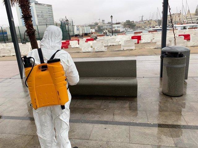 Un operario desinfectando el puerto de Melilla