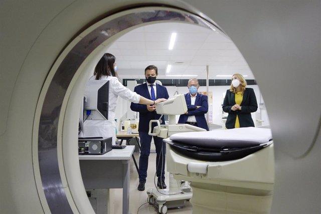 El alcalde de Granada, Luis Salvador, visita las instalaciones del centro Atlántida