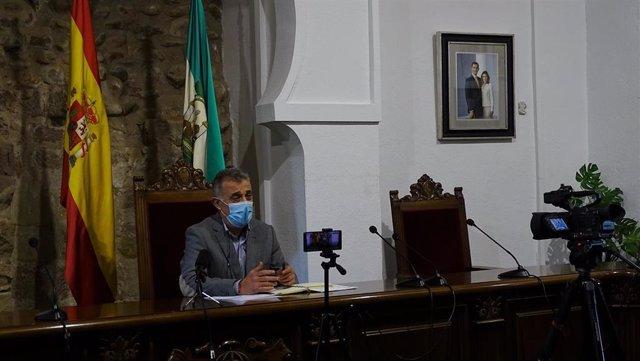 El alcalde de Villa del Río (Córdoba), Emilio Monterroso, en el Ayuntamiento.