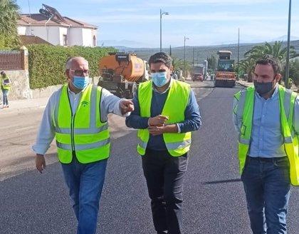 La Junta refuerza el firme de la A-6176 a su paso por el casco urbano de Marmolejo