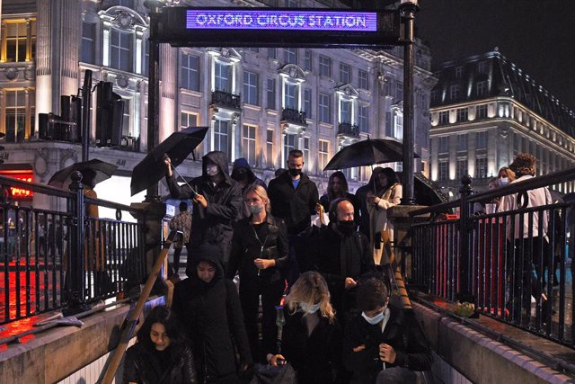 02 October 2020, England, London: People enter Oxford Circus underground station in London after the 10pm curfew that pubs and restaurants are subject to in order to combat the rise in coronavirus cases in England. Photo: Kirsty O'connor/PA Wire/dpa