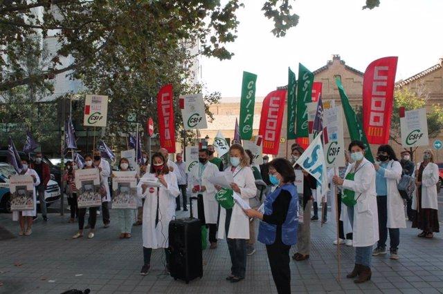 Concentració de sanitaris enfront de la Conselleria
