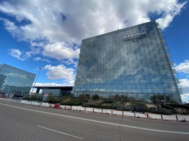 Edificio donde se encuentra la sede de Telefónica ubicada en Ronda de la comunicación, Madrid (España)