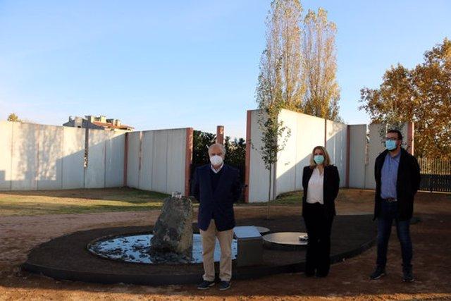 Pla general de Ramon Pujol, Albert Castells i Laia Nogué a l'espai habilitat al cementiri de Vic. Imatge del 29 d'octubre del 2020. (Horitzontal)