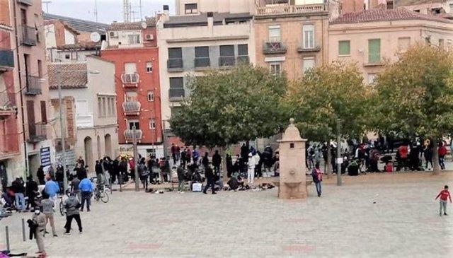 Pla general on es poden veure persones concentrades a la plaça del Dipòsit de Lleida. (Horitzontal)