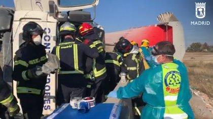 Herido grave un conductor al volcar su camión de residuos camino de Valdemingómez
