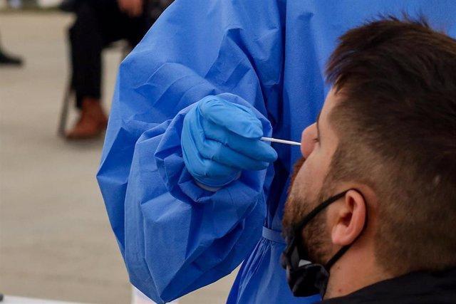 Una sanitaria realiza un test de antígenos para la detección del COVID-19.