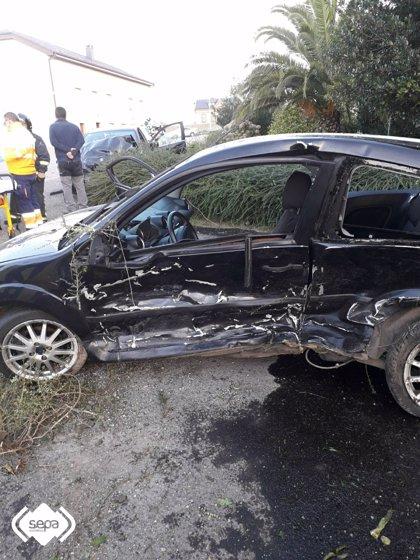 Dos personas resultan heridas tras colisionar dos turismos en una recta en Otur, Valdés
