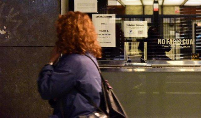 Cines y teatros de Barcelona justo antes de entrar en vigor el toque de queda en Cataluña, a 25 de octubre de 2020.