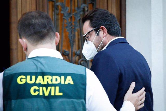 Acompanyat d'un agent de la Guàrdia Civil, l'empresari David Madí arriba al seu despatx d'Aigües de Catalunya, que serà registrat, a Barcelona, Catalunya (Espanya), a 28 d'octubre de 2020. Madí va arribar a ser portaveu i secretari de Comunicació i Estrat