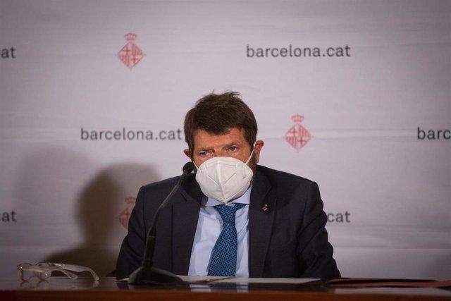 El teniente de alcalde de seguridad del Ayuntamiento de Barcelona, Albert Batlle, comparece ante los medios para hacer balance del primer fin de semana de nuevas medidas contra la Covid-19, en Barcelona, Catalunya (España), a 20 de octubre de 2020.