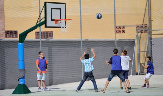 Alumnes practiquen deporti escolar