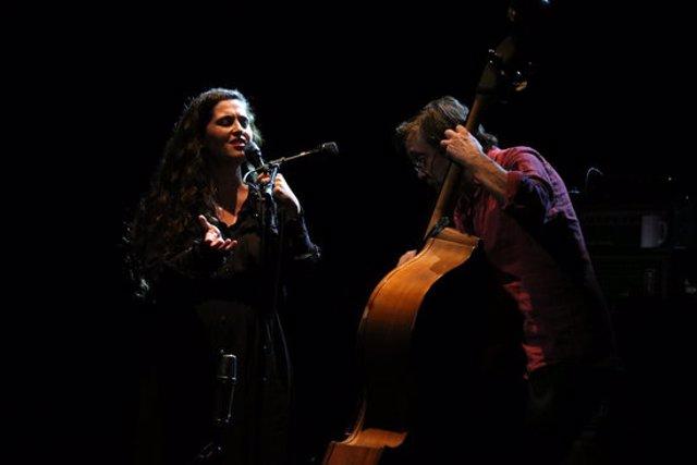 El concert de Sílvia Pérez Cruz amb el contrabaixista Javier Colina, a la Sala Barts de Barcelona, el 29 d'octubre del 2020 (horitzontal)