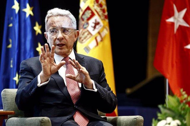 El expresidente de Colombia Álvaro Uribe interviene en el Diálogo 'El perfil del político del siglo XXI' en la Universidad Francisco de Vitoria.
