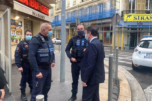 El alcalde de Niza, Christian Estrosi, junto a varios policías en el lugar del ataque en Niza