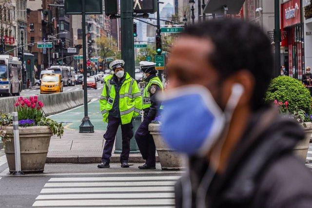 Un hombre con mascarilla en una calle de Nueva York