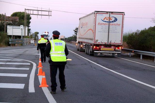 Pla general dels Mossos donant pas als camions en els controls que han fet a la intersecció de l'N-340 a les Cases d'Alcanar, al límit amb el País Valencià. Imatge del 30 d'octubre del 2020 (horitzontal)