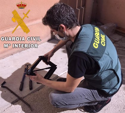 Detenidos dos adultos y una chica fugada de un centro de menores por el robo en cinco viviendas en Roquetas (Almería)