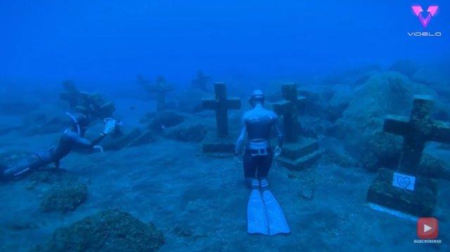 Un par de buzos exploran un cementerio submarino al sur de la isla de La Palma