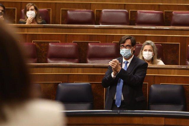 El ministro de Sanidad, Salvador Illa, aplaude durante una sesión plenaria en la que, tras la petición del Gobierno, el Pleno ha aprobado la prórroga hasta el 9 de mayo de 2021 del estado de alarma decretado por el Covid-19, en Madrid a 29 de octubre