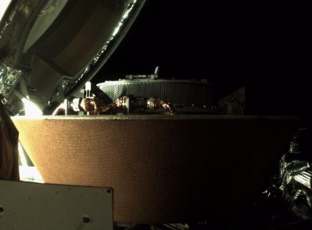 Estiba de la muestra de Bennu en un recipiente de la nave OSIRIS-R4Ex