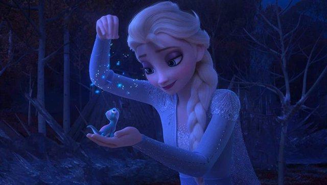 La protagonista de 'Frozen 2', Elsa, en un fotograma de la pel·lícula, disponible en català a Disney+ a partir d'aquest divendres 30 d'octubre del 2020.