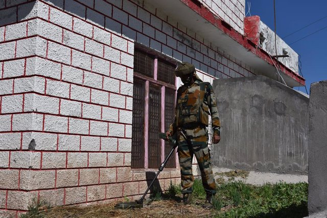 11 October 2020, India, Poonch: A security member takes part in a cordon and search operation after unknown gunman fired shots near the house of Bharatiya Janata Party (BJP) leader Zulfiqar Pathan, in the Balakot area. Photo: Nazim Ali Khan/ZUMA Wire/dpa