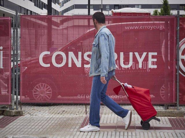 Un hombre camina con un carro de la compra durante el tercer día de la entrada de Navarra en la fase 3 de la desescalada instaurada por el Gobierno a consecuencia del coronavirus. En Pamplona, Navarra (España), a 10 de junio de 2020.