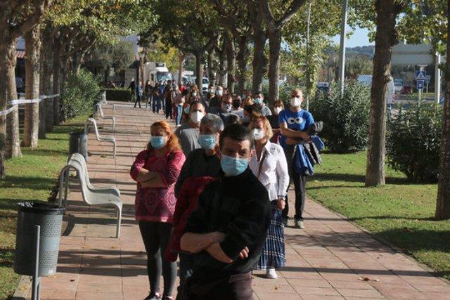 Pla general de la cua que hi havia a l'entrada del Pavelló de Palafrugell aquest divendres 30 d'octubre de 2020. (Horitzontal)