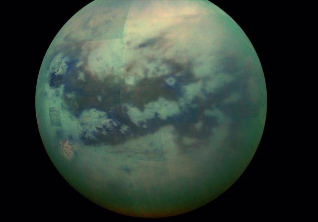 Esta imagen compuesta muestra una vista infrarroja de la luna Titán de Saturno desde la nave espacial Cassini de la NASA, capturada en 2015