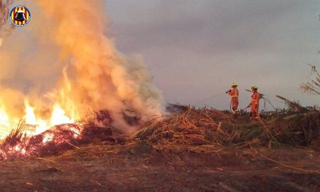Un incendio afecta a una zona de matorrales junto a la vía del tren en la localidad valenciana de Xeraco (Valencia)
