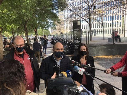 Unos 30 manifestantes apoyan a los detenidos en la operación por presunto desvío de fondos