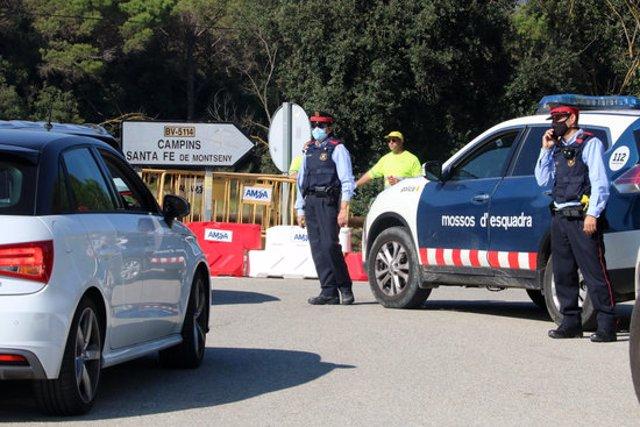 Pla general d'un control dels Mossos d'Esquadra a l'altura de Fogars de Montclús per evitar l'entrada de vehicles privats al Parc Natural del Montseny, el 24 d'octubre del 2020 (horitzontal)