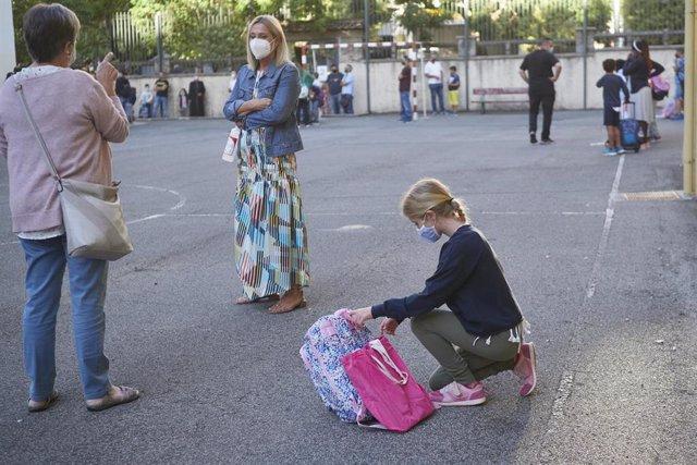 Una niña con su familia en el Colegio Público Víctor Pradera da la bienvenida a los alumnos en el primer día de colegio del curso escolar 2020-2021en Pamplona, Navarra (España), a 4 de septiembre de 2020. Desde que finalizase el pasado curso por la COVID-