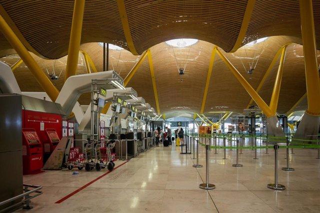 Interior del Aeropuerto de Madrid-Barajas Adolfo el día en el que se estrena el triple control sanitario de seguridad contra el Covid-19 que consiste en especificar si se ha pasado la enfermedad y en qué condiciones; seguido de un control de temperatura y