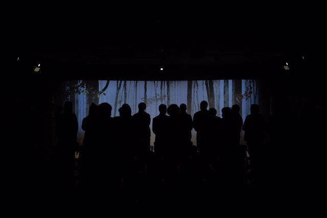Una pantalla gigante instalada en la sala de ceremonias de Les Corts durante un funeral