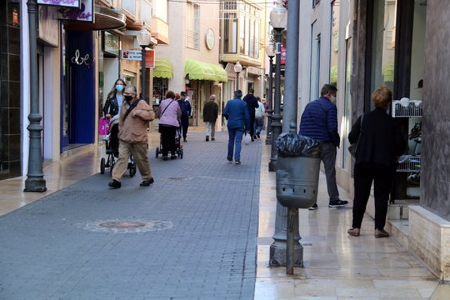 Pla general amb clients passejant per un dels carrers del centre comercial de Vinaròs. Imatge del 30 d'octubre del 2020 (horitzontal)