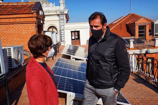 María Sánchez y Óscar Puente (D) en la azotea donde se han instalado las nuevas placas solares.