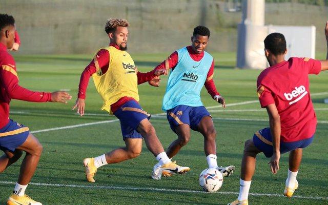 Konrad De la Fuente y Ansu Fati, en el centro, en un entrenamiento con el FC Barcelona en la temporada 2020/21