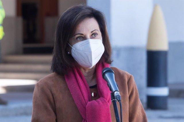 La ministra de Defensa, Margarita Robles, en una visita a una Unidad de Vigilancia Epidemiológica