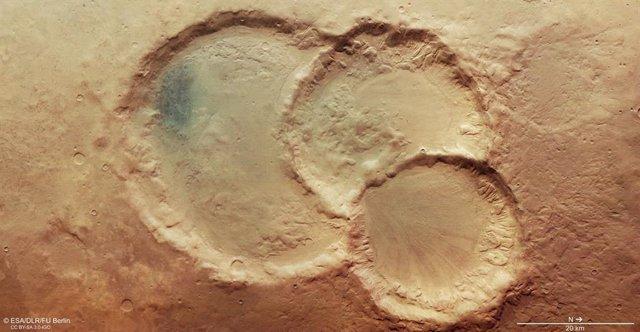 Triplete de cráteres superpuestos en Marte