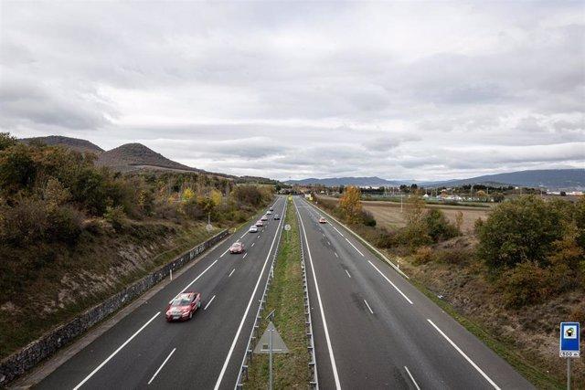 Carretera de acceso a Vitoria-Gasteiz durante el primer día de confinamiento perimetral, en Vitoria, Álava, Euskadi (España), a 27 de octubre de 2020. El Gobierno Vasco limita desde hoy con excepciones por motivos sanitarios, laborales o de fuerza mayor,