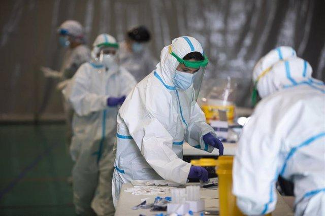 Sanitarios trabajando durante las pruebas de cribado de covid-19 con test de antígenos