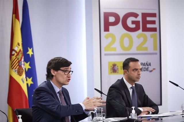 El ministro de Sanidad, Salvador Illa (i) comparece en rueda de prensa para detallar el proyecto de PGE 2021 correspondientes a Sanidad, en Moncloa, Madrid (España), a 30 de octubre de 2020.