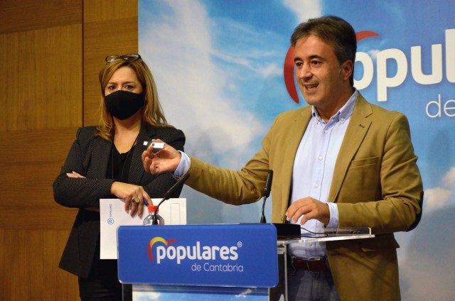 Los diputados del PP Diego Movellán y Elena Castillo